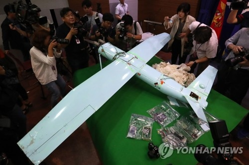6月21日,国防部在记者会上公开日前在江原道麟蹄郡发现的小型无人机。(韩联社)