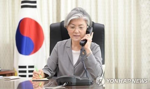 6月21日,韩国新任外长康京和与日本外务大臣岸田文雄通电话。(韩联社/外交部提供)