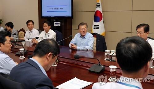 6月22日,在青瓦台,韩国总统文在寅主持召开首席秘书及助理会议。(韩联社)