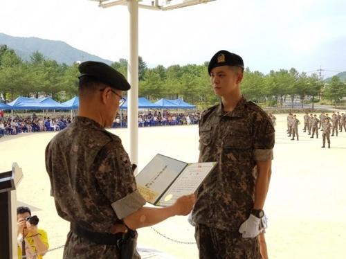 6月22日,周元在江原道铁原郡举行的新兵教育队结业仪式上获奖。(韩联社/网站DCInside提供)