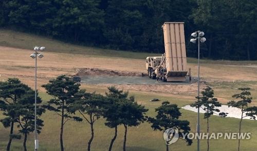 """资料图片:部署在星州高球场的""""萨德""""发射车(韩联社)"""