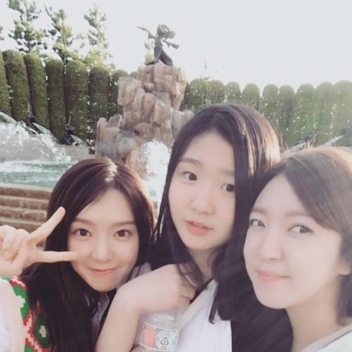 草娥在SNS上公开的三姐妹合照