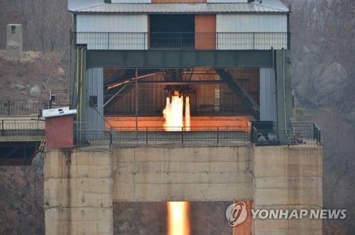 资料图片:3月18日,朝鲜在西海卫星发射场进行了新型大功率火箭发动机地面点火试验。图片仅限韩国国内使用,严禁转载复制。(韩联社/朝中社)