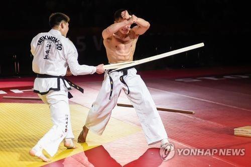 资料图片:世界跆拳道联盟(ITF)示范团在进行表演。(韩联社)