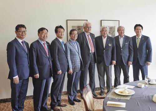 6月25日,在全罗北道茂朱,首尔市长朴元淳(左四)与访韩的朝鲜国际奥委会委员张雄(左五)等人进行座谈后合影留念。