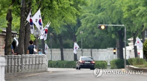 资料图片:6月25日,在韩国总统府,一辆汽车徐徐驶过。(韩联社)