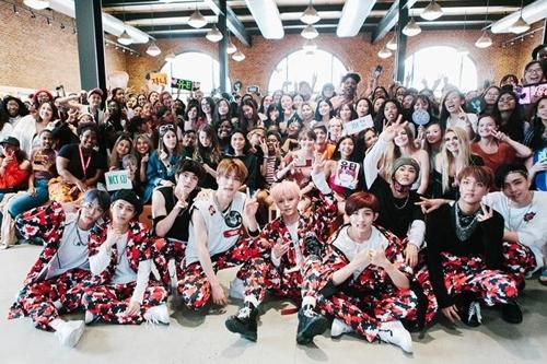 """美国时间6月25日,男团NCT 127出席苹果公司旗下活动""""Today at Apple"""",与粉丝们留影。(韩联社/SM娱乐提供)"""