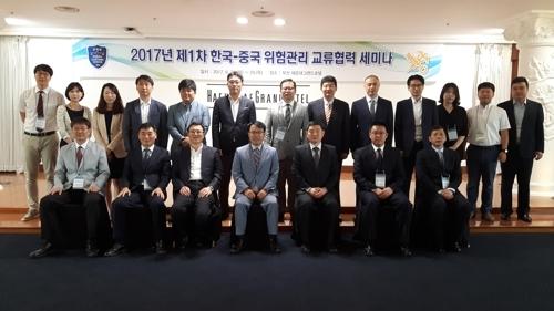 6月27日,第一届韩中关税风险管理合作研讨会在釜山海云台大酒店举行。图为与会人士合影留念。(韩联社/韩国关税厅提供)