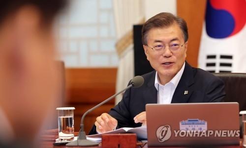 6月27日上午,在青瓦台,韩国总统文在寅主持召开国务会议。(韩联社)