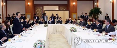 6月27日中午,在青瓦台,韩国议长丁世均在文在寅款待欧亚国家议长的午宴上起身致祝酒词。(韩联社)