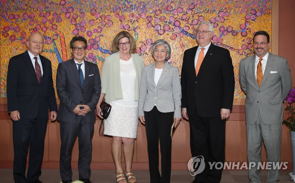 6月27日,在韩国外交部大楼,外长康京和(右三)接见美国战略与国际研究中心代表团一行并合影留念。(韩联社)