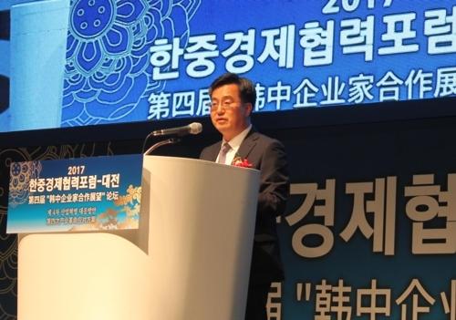 6月28日,在大田ICC酒店,韩国副总理兼企划财政部长官金东兗出席韩中经济合作论坛并致辞。