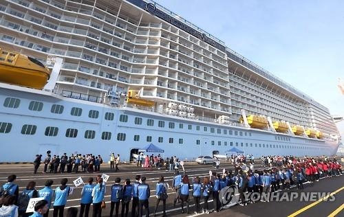 资料图片:停靠釜山港的邮轮(韩联社)