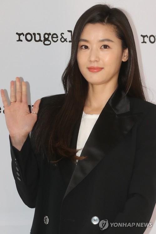 资料图片:4月20日下午,在首尔乐天百货总店,演员全智贤出席韩国高档饰品品牌rouge&lounge新品发布会并摆姿势供媒体拍照。(韩联社)