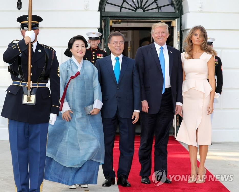 当地时间6月29日,在美国白宫,韩国总统文在寅(左二)及其夫人金正淑女士(左一)同美国总统特朗普(右二)和夫人梅拉尼娅合影留念。(韩联社)