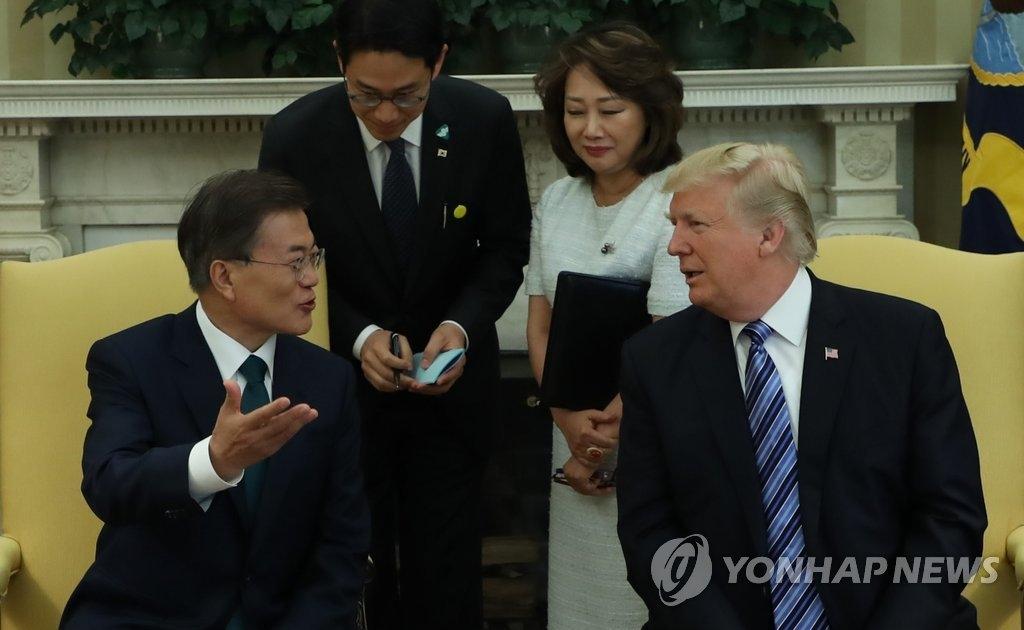 当地时间6月30日,在美国白宫,文在寅(左)和特朗普举行首脑会谈。(韩联社)