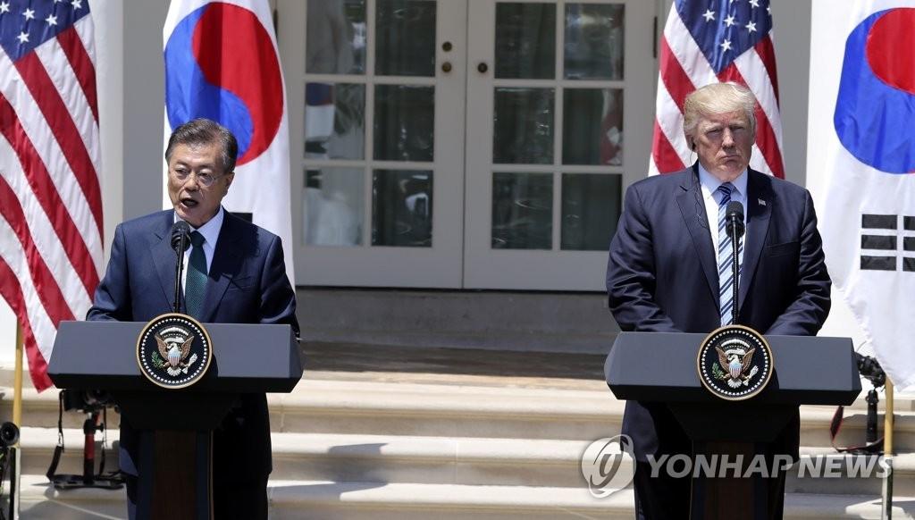 当地时间6月30日上午,在美国白宫,文在寅(左)和特朗普在首脑会谈后联合召开记者会,介绍会谈成果。(韩联社)