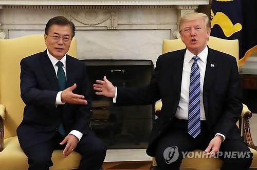 当地时间6月30日,在美国白宫,韩国总统文在寅(左)和美国总统特朗普举行首脑会谈。(韩联社)