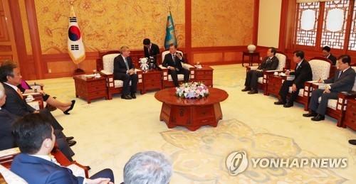 7月3日上午,在韩国总统府青瓦台,韩国总统文在寅(右四)接见国际奥委会主席托马斯·巴赫(左五)。(韩联社)