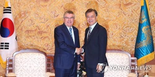 7月3日上午,在青瓦台,韩国总统文在寅(右)接见了到访的国际奥委会主席托马斯·巴赫。(韩联社)