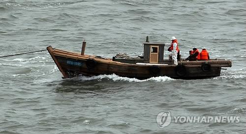 资料图片:2011年2月从半岛西部海域漂流南下的朝鲜5吨级小型木船(韩联社)