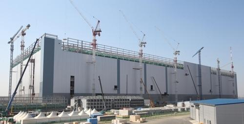 三星电子平泽半导体工厂正在进行封顶作业。(韩联社)