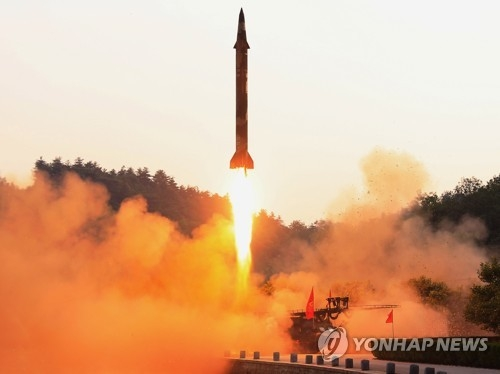 资料图片:5月29日,朝鲜试射弹道导弹,据称搭载新研制的精确制导系统。图片仅限韩国国内使用,严禁转载复制。(韩联社/朝中社)