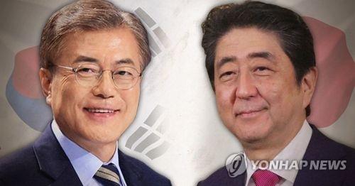 韩国总统文在寅(左)和日本首相安倍晋三(韩联社)