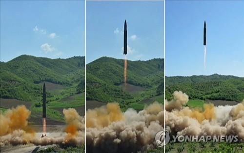 """""""火星-14""""型洲际弹道导弹发射照。图片仅限韩国国内使用,严禁转载复制。(韩联社/朝鲜中央电视台)"""