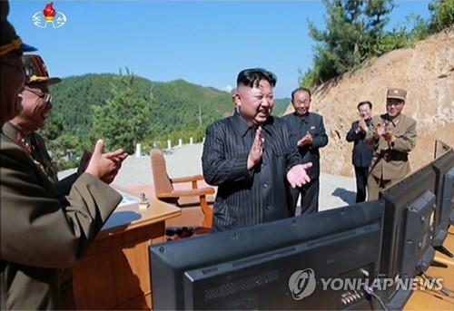 朝鲜劳动党委员长金正恩参观导弹试射。图片仅限韩国国内使用,严禁转载复制。(韩联社/朝鲜中央电视台)