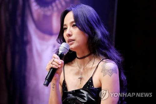 李孝利在记者会上介绍新专辑。(韩联社)