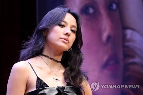 7月4日下午,在首尔广津区建国大学,歌手李孝利举行正规第6张专辑《BLACK》发售记者会并摆姿势供媒体拍照。(韩联社)