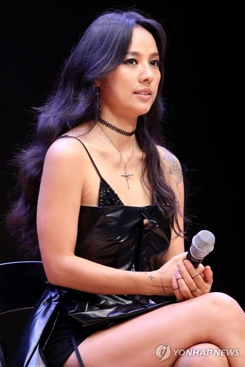7月4日下午,在首尔广津区建国大学,歌手李孝利举行正规第6张专辑《BLACK》发售记者会。(韩联社)