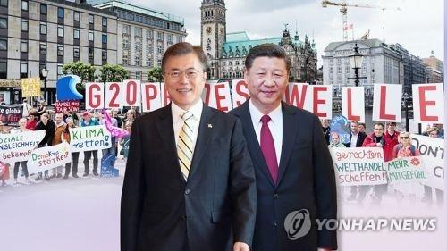 韩国总统文在寅(左)和中国国家主席习近平(韩联社)