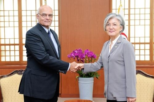 7月4日,在韩国外交部,康京和接见印度前驻华大使梅农。(韩联社)