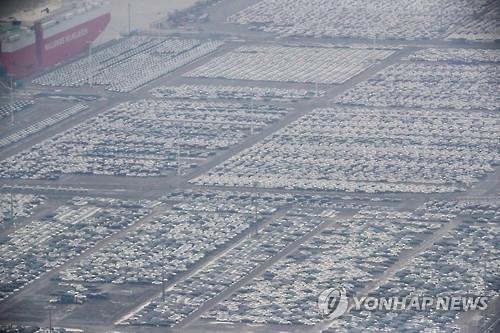 图为停在平泽港准备出口的车辆。(韩联社)