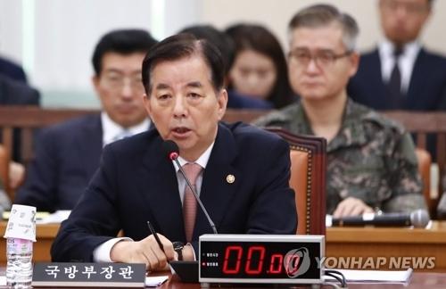 7月5日,韩国防长韩民求就朝鲜试射洲际导弹回答国会国防委员会议员们的提问。(韩联社)