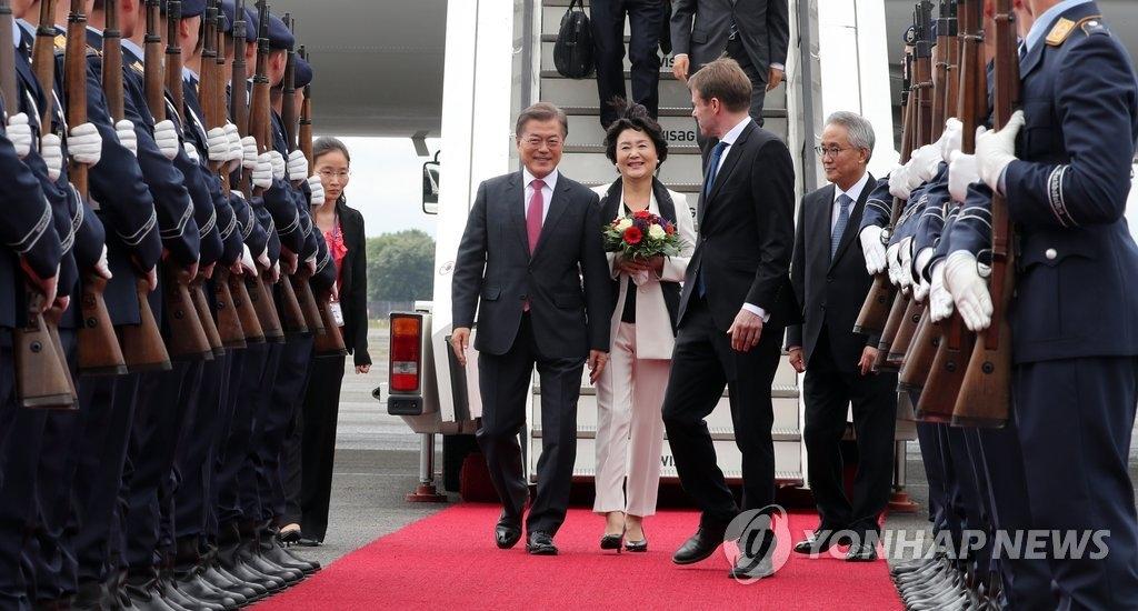 当地时间7月5日上午,韩国总统文在寅(左)及夫人金正淑女士抵达柏林,展开为期6天的访德行程。(韩联社)