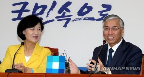 7月6日上午,在韩国国会,韩国共同民主党党首秋美爱(左)会见中国驻韩国大使邱国洪。(韩联社)