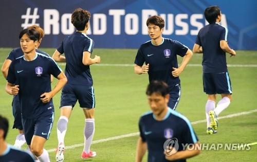 资料图片:6月12日,在多哈,韩国队在世预赛前热身。(韩联社)
