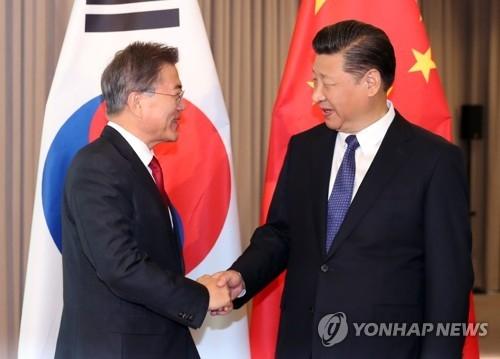 当地时间7月6日上午,在柏林,文在寅和习近平在韩中首脑会谈上握手寒暄。(完)