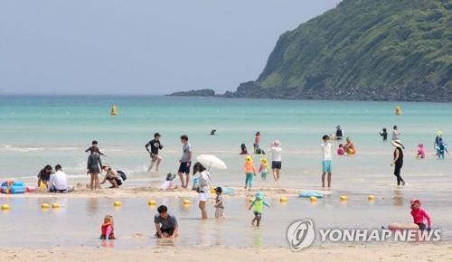 资料图片:济州咸德海水浴场(韩联社)