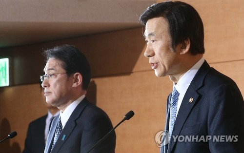 资料图片:2015年12月28日,在韩国外交部,韩国外长尹炳世和日本外务相岸田文雄宣布就慰安妇问题达成协议。(韩联社)