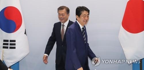 当地时间7月7日上午,在德国汉堡国际会展中心,韩国总统文在寅与日本首相安倍晋三(右)举行会谈。(韩联社)