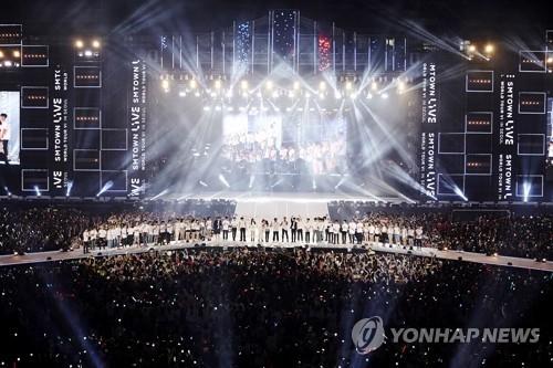"""图为7月8日在首尔市麻浦区的世界杯体育场举行的""""SM TOWN LIVE WORLD TOUR VI""""演唱会。(韩联社)"""