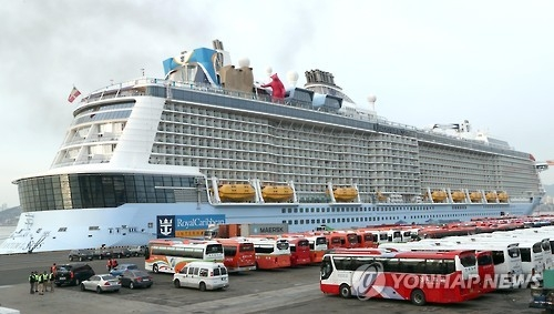 """资料图片:3月5日,亚洲最大的豪华邮轮""""海洋量子""""号抵达釜山港。(韩联社)"""
