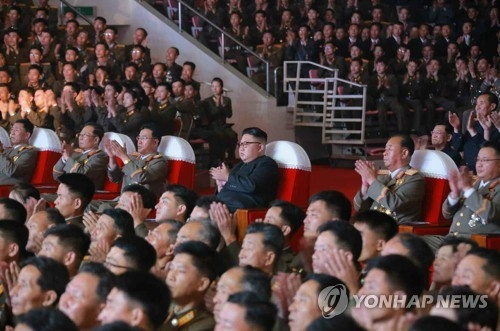 """7月9日,在平壤,朝鲜劳动党委员长金正恩出席庆祝""""火星-14""""导弹试射成功文艺演出。图片仅限韩国国内使用,严禁转载复制。(韩联社/《劳动新闻》)"""
