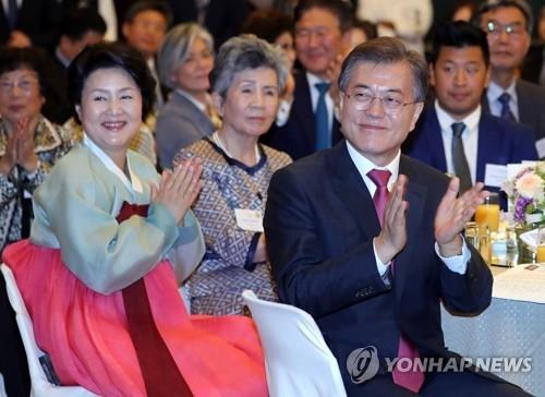当地时间7月5日,在柏林君悦酒店,韩国总统文在寅出席旅德韩人韩侨代表午餐座谈会,这是他此次访问德国的首项行程。(韩联社)