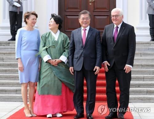 当地时间7月5日,韩国总统文在寅(右二)及其夫人金正淑女士(左二)访问德国总统府,并与德国总统施泰因迈尔(右一)及其夫人比登本德(左一)合影留念。(韩联社)