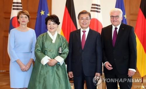 当地时间7月5日,在德国总统府,韩国总统文在寅(右二)及夫人金正淑女士(左二)拜访德国总统施泰因迈尔与其夫人比登本德。(韩联社)